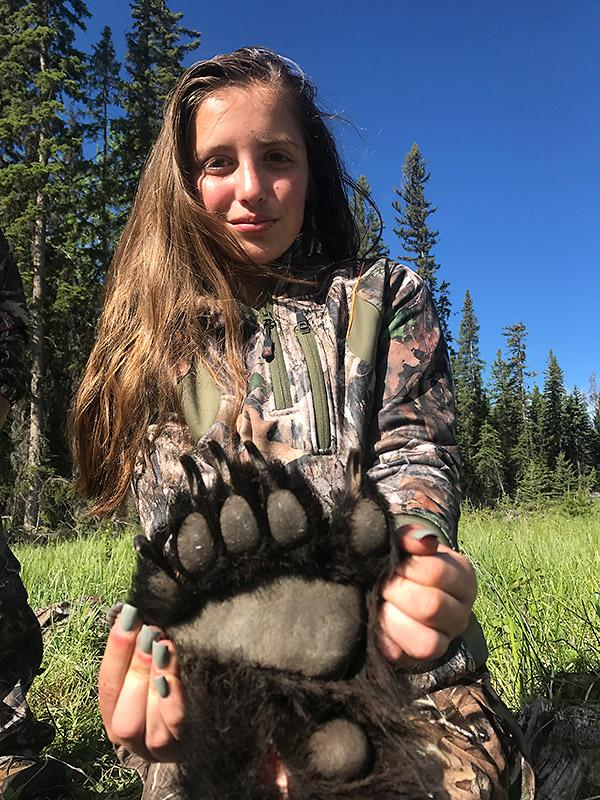 Stor pote på denne svartbjørnen